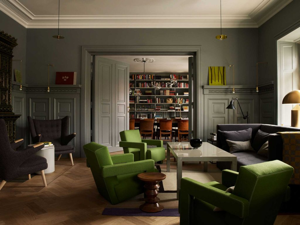 """These historic homes have distinctive architectural details, but they subtly mix contemporary, vintage and antique furnishings. The result? Spaces artfully eclectic, both stylishly edgy and comfortably classic. Step with us inside """"the best of both worlds"""" and see home design ideas!  home design ideas When History meets Modernity: 10 home design ideas stoc"""