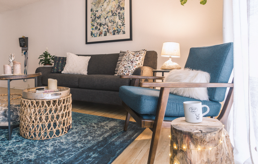 A Scandinavian Living Room with a Cozy Mid-Century Charm capa
